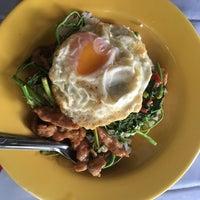 Photo taken at ร้านอาหารตามสั่ง ข้าวขาหมู ก๋วยเตี๋ยวหมู by Wut C. on 8/25/2017