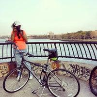 Foto tirada no(a) East River Promenade por Kevin M. em 10/5/2013