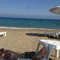 รูปภาพถ่ายที่ Ünlüselek Beach โดย Cha C. เมื่อ 7/10/2013