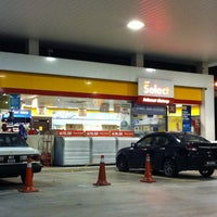 Photo taken at Shell by هوزايفه أويس on 4/19/2013