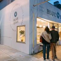 Снимок сделан в Blue Star Donuts пользователем Julie P. 2/10/2018
