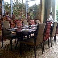 Foto tirada no(a) The Café -  Hotel Mulia Senayan, Jakarta por dindindince em 2/24/2013