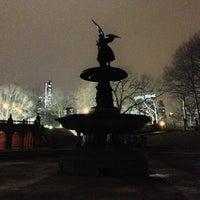 รูปภาพถ่ายที่ Bethesda Fountain โดย Kevin R. เมื่อ 1/1/2013