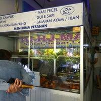 Photo taken at Rumah Makan & Catering Ibu Hj. Maisyaroh by raushan w. on 9/16/2017