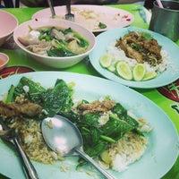 Photo taken at ป๋าอู๊ด ราดหน้ายอดผัก by Ning_Ratthanan on 9/26/2013