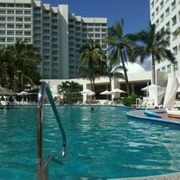 Photo taken at piscina hotel Emporio by Poncho on 10/13/2012