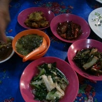 Photo taken at Ikan Bakar Mama Resepi by Khai Z. on 1/28/2013