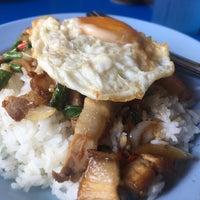 Photo taken at ป้าสำรวย อาหารตามสั่ง by Getzens J. on 11/3/2016