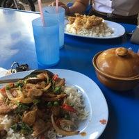 Photo taken at ป้าสำรวย อาหารตามสั่ง by Getzens J. on 2/3/2017