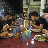 Photo taken at ป้าสำรวย อาหารตามสั่ง by Getzens J. on 11/26/2016