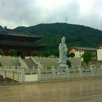 Photo taken at 奉化雪窦寺 by jun p. on 9/30/2014