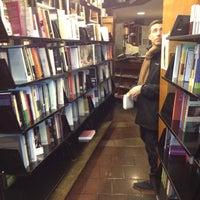 รูปภาพถ่ายที่ St. Mark's Bookshop โดย Justin เมื่อ 11/30/2012
