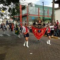 Photo taken at Desfile Semana Euclidiana São José do Rio Pardo by Maria Alice F. on 8/13/2013