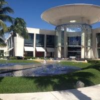 Foto tomada en Kukulcan Plaza por Jen M. el 10/25/2012