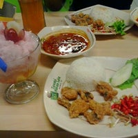 Photo taken at Pecel Lele Lela by Septianisyah P. on 12/31/2012