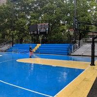 Foto scattata a Rucker Park Basketball Courts da Randy il 7/18/2018