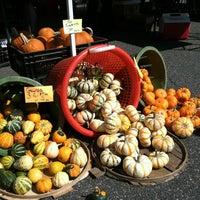 Foto tomada en USDA Farmers' Market por Catherine S. el 10/26/2012