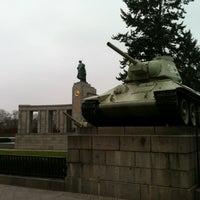 11/16/2012 tarihinde Berlin Loveziyaretçi tarafından Sowjetisches Ehrenmal Tiergarten'de çekilen fotoğraf
