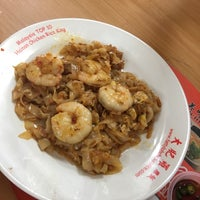 Photo taken at Lorong Selamat Char Koay Teow by Evania S. on 5/29/2017