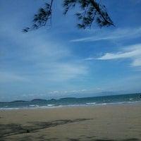 Foto tirada no(a) Praia de Manguinhos por Clarisse G. em 2/14/2013