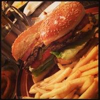 Foto scattata a Whoopi Gold Burger da Ayaka K. il 3/3/2013