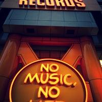 5/23/2013 tarihinde Ludovic N.ziyaretçi tarafından Tower Records'de çekilen fotoğraf