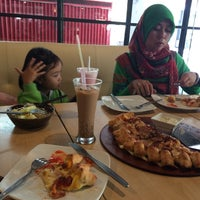 Photo taken at Pizza Hut by Ainul Fuadi M. on 7/23/2016