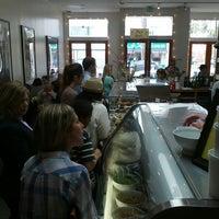 3/29/2013 tarihinde Nikki C.ziyaretçi tarafından Huckleberry Cafe & Bakery'de çekilen fotoğraf