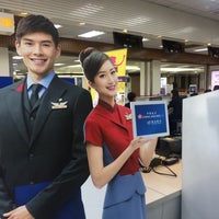 Photo taken at 華信航空報到櫃台 Mandarin Airlines Check-in Counter by JASPER on 5/29/2016