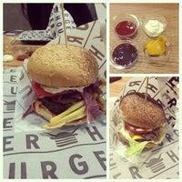 4/7/2013 tarihinde Sedef S.ziyaretçi tarafından Burger House'de çekilen fotoğraf