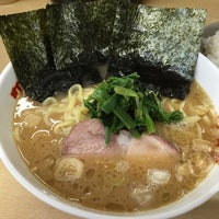 Photo taken at 横浜ラーメン町田家 相模原矢部店 by Maruo Y. on 5/2/2015