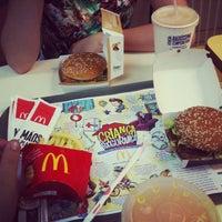 Foto tirada no(a) McDonald's por Rafael E Sabrina V. em 12/25/2012