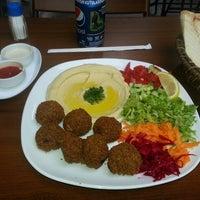 8/31/2013 tarihinde Karar n.ziyaretçi tarafından Falafel House'de çekilen fotoğraf