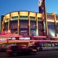 รูปภาพถ่ายที่ Regal Cinemas LA LIVE Stadium 14 โดย Courtney T. เมื่อ 4/20/2013