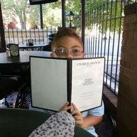 Foto tirada no(a) Charlie Brown's Bar & Grill por CHERI K. em 9/29/2012