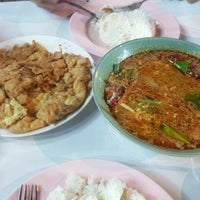Photo taken at ต้มยำหัวปลา ผู้ใหญ่ by Orathai Y. on 3/15/2013