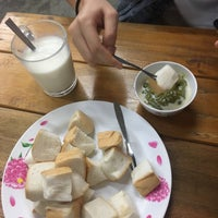 Photo taken at ป้าแอ๊ะ นมสด ขนมปังสังขยา by Nitirutchanön I. on 11/11/2016