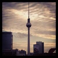 Das Foto wurde bei Berliner Fernsehturm von Jon L. am 9/30/2012 aufgenommen