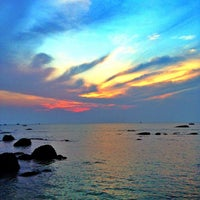 Photo taken at Hua Hin Beach by 🌟Evgeniy🌟 on 10/14/2013