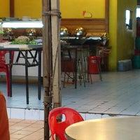 Photo taken at D'Lengkuas Restoran Selera Kampung by Firdaus A. on 9/11/2013