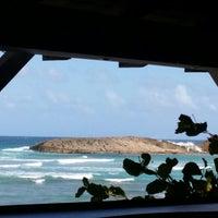 Foto tomada en Kai Beach Bar &  Restaurant por Eva E. el 1/5/2015