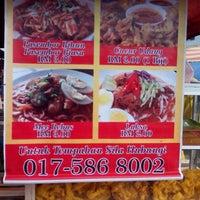 Photo taken at Pasar Malam Changloon by Ridzuan R. on 11/19/2014