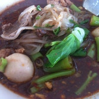 Photo taken at ก๋วยเตี๋ยวเรือปู่พลอย by ╭♥ŠůÞ。Ÿ⭕♥╮ Ÿ. on 10/14/2012