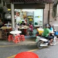 Photo taken at 盘兄弟鲜蛤果条档@Kuala Lipis by Lim K. on 4/30/2016