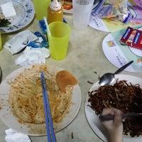 Photo taken at 盘兄弟鲜蛤果条档@Kuala Lipis by Lim K. on 3/22/2014
