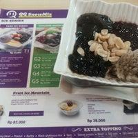 Photo taken at QQ Snowmix Taiwanese Dessert by Novi L. on 4/12/2014