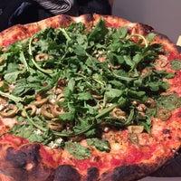 12/14/2017 tarihinde Emma S.ziyaretçi tarafından Red Sauce Pizza'de çekilen fotoğraf