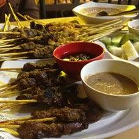 Photo taken at Restoran Sate Kajang Haji Samuri by Faiz F. on 6/6/2013