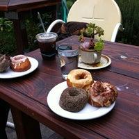 Photo prise au Dynamo Donut & Coffee par Mark E. le1/5/2013