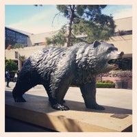 รูปภาพถ่ายที่ UCLA Bruin Statue โดย Brian S. เมื่อ 3/29/2013